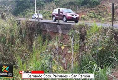 Derrumbes amenazan diferentes sectores de la carretera Bernardo Soto