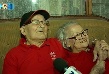 Don Guillermo Araya y doña Marielos Paniagua se hicieron novios hace un año. Se conocieron en el Hogar de Ancianos Casa Nazareth donde se les ve siempre muy enamorados.