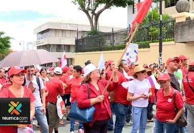 Sindicatos llaman a huelga y protestas contra plan fiscal para este miércoles