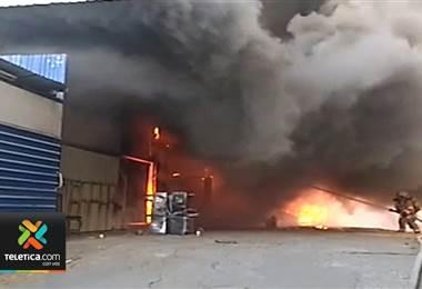 Incendio que consumió mueblería y 4 casas en Desamparados dejó a 5 familias sin nada