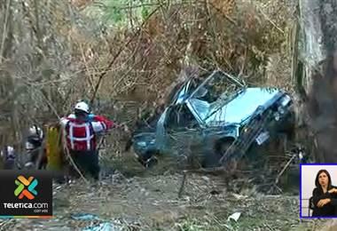 Carro en el que viajaban dos adultos y una niña cayó a precipicio en Desamparados