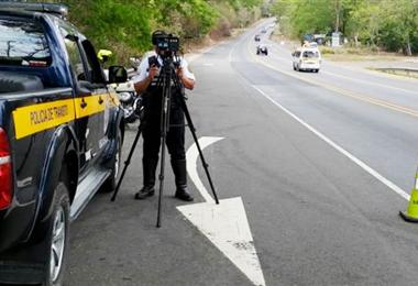 Policía de Tránsito realiza labores para evitar muertes en carretera. Cortesía MOPT