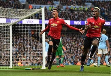 Un tanto de Chris Smalling (izq.) y un doblete de Paul Pogba (der.) le permitieron al United remontar un partido en el que caían 2-0. Tomada del Facebook del Manchester United