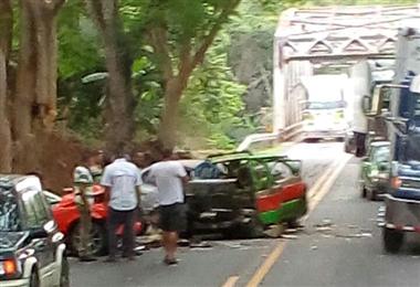 Dos personas heridas de gravedad tras triple colisión en Puntarenas