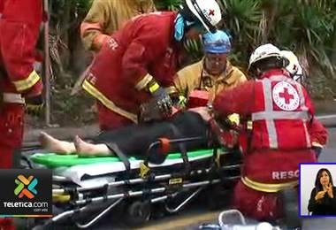 Mujer es trasladada al hospital tras aparatoso accidente de tránsito en Santo Domingo de Heredia