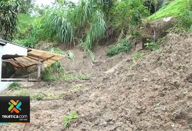 Deslizamientos obligan a desalojar tres casas en San Vito de Coto Brus