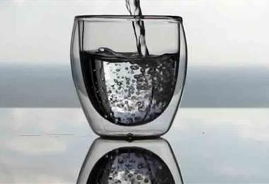 ¿Por qué debería empezar a comer con agua?
