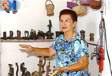 Doña Lande vive en San Jerónimo de Esparza, justo donde tiene una casita que guarda objetos que juntos pueden superar los 500 años. Ella ama la cultura y la Costa Rica de antes, por eso decidió convertir su hogar en un museo del siglo pasado. ¿Nos acompaña a esta hermosa casa?