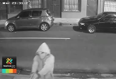 Cámara captó cuando dos sicarios ejecutaron a taxista informal en pleno centro de San José