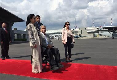Presidente de Ecuador llega al país e inaugura llegada de mandatarios para Traspaso de Poderes