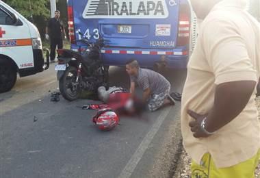 Motociclista pierda la vida tras impactar por detrás contra un autobús en Santa Cruz