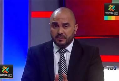 Kristian Mora lamenta que Óscar Ramírez parece no saberse los nombres de los jugadores rivales.