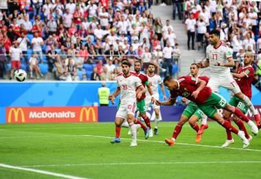 Aziz Bouhaddouz anotó un autogol contra Irán. AFP