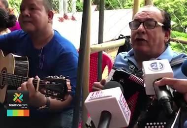 Carlos Mejía Godoy canta en las afueras de una cárcel de Managua