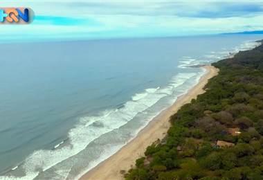 """Se trata de una playa paradisiaca ubicada en Puntarenas, atractiva para turistas de todas partes del mundo. Aquí los ticos tienen negocios emprendedores para atender a turistas, desde carritos """"Tuk Tuk"""" hasta restaurantes de comidas típicas o a la leña. Este es un destino que todo costarricense debe visitar"""
