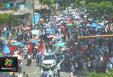 Clases suspendidas, citas perdidas, bloqueos en carretera y línea férrea tras huelga de este lunes