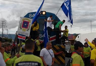 Manifestantes provocan bloqueos y atrasos en servicios de trenes