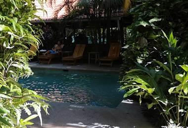 No todos los hoteles de playa deben ser gigantescos y lujosos. Algunos tienen su principal atractivo en que se mimetizan con la cultura local y la vibra del lugar al que pertenecen.      Este es el caso de Kaya Sol Surf Hotel, que se nutre de la atmósfera surfa de playa Guiones en Nosara, para ofrecer un rincón cómodo y con mucha actitud para su descanso.