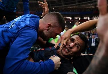 Mario Mandzukic celebró su gol junto a un fotógrafo. AFP