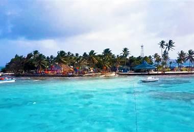 La Isla de San Andrés, uno de los destinos favoritos en el Caribe. Plagada de paisajes exóticos. Se encuentra sobre una plataforma volcánica que da lugar a diversos escenarios, como piscinas naturales rodeadas por superficies rocosas y repletas de peces coloridos.  Bajo un calido sol, este lugar es perfecto para unos dias de relajacion absoluta.