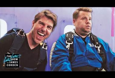 Tom Cruise y James Corden se lanzan en paracaídas desde un avión a 4.500 metros de altura