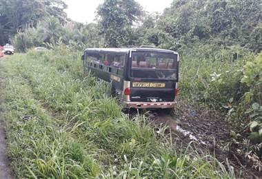 Varias personas resultaron golpeadas luego de un autobús se saliera de la vía en Guápiles
