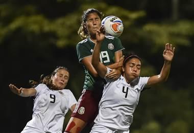 Cabecear en el fútbol es más riesgoso para las mujeres. AFP