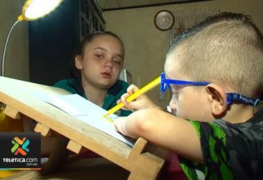 Niño de tres años fue diagnosticado con una enfermedad que le va apagando la vista