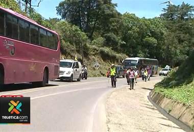 Cientos de romeros de la zona sur caminan por el cerro de la muerte