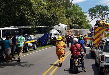 Colisión múltiple en Puntarenas deja una persona fallecida y otra en condición delicada