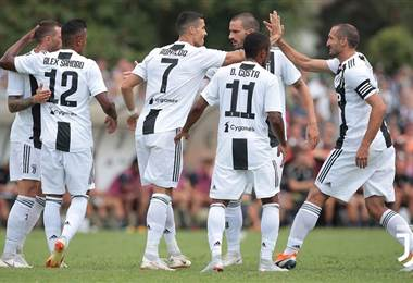Cristiano Ronaldo festeja con sus compañeros de la Juventus.|Juventus