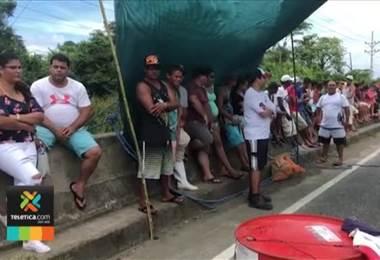 Gobierno se reunió con pescadores puntarenenses que mantienen bloqueado el paso en Quepos y Barranca