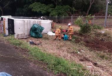 Un muerto y 25 heridos tras vuelco de microbús en Osa de Puntarenas