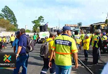 Funcionarios de la Municipalidad de San José interrumpen tránsito del tren