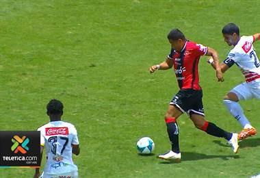 Róger Rojas es el tercer hondureño en marcar un triplete con Alajuelense