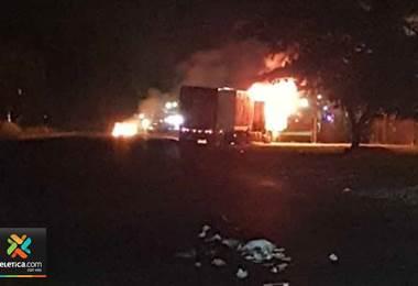 Grupos violentos queman furgón en Limón