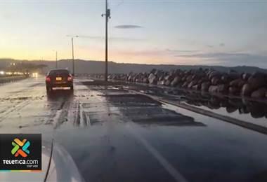 Marea alta afectó tránsito en Caldera