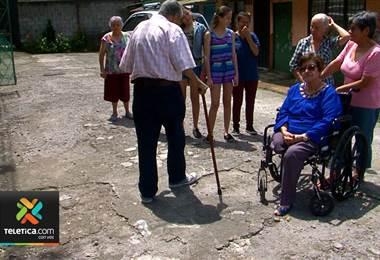 22 adultos mayores viven en barrio de San Pedro de Montes de Oca donde la calle está mala