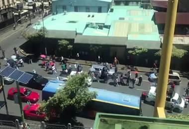 Huelguistas marchan en la avenida segunda de San José