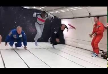 Usain Bolt corre en un avión sin gravedad en acto publicitario. AFP