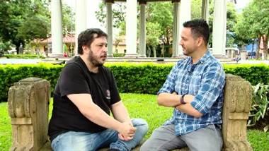 Él es un escritor argentino que ha conquistado youtube, el mundo de los podcasts y el teatro. Conversamos con Hernán Casciari sobre cómo inició en las letras, de dónde saca sus ideas y cómo utiliza el humor como arma para la crítica y la comunicación.