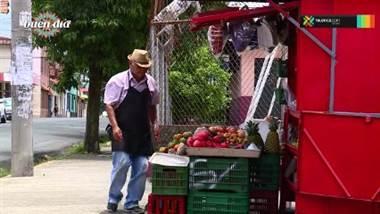 Don Eliécer es uno de los vendedores de frutas más alegres de San José