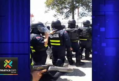 Levantamiento de bloqueo en Moín dejó tres oficiales heridos y dos personas detenidas