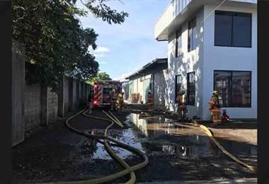Bomberos atienden incendio de grandes proporciones en bodega en Santo Domingo de Heredia