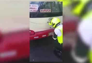 Tráficos bajan placas a buses que trasladan a huelguistas