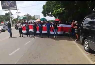 Al son de bailes huelguistas bloquean calle en Carrillo