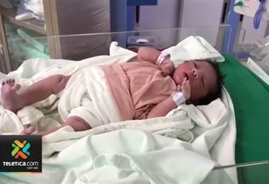 Bebé que nació dentro de un taxi cerca del hospital de Puntarenas ya está en su casa