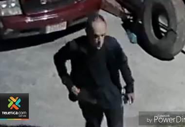 Divulgan video de sujeto que habría asaltado mueblería en Heredia