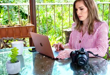 """Elena Arias es médico general, tiene una maestría en servicios de salud, tiene 29 años, es oriunda de Atenas.Y es la autora del blog """"Entre Tennis y Tacones"""".     Un espacio de salud y estilo de vida, pero ¿cómo le surgió idea a esta doctora?  Ahora, este blog tiene un año de existir.     En Instagram 6200 seguidores, en Facebook 4000, y en su página web hasta 10 mil lectores al mes.     Y ¿qué representa """"Entre Tennis y Tacones"""" para Elena? Para ella lo más importante del blog, es la retroalimentación."""