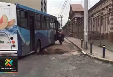 Enorme zanja complica el tránsito por avenida primera en San José centro